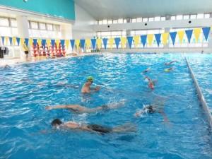 コースロープを外して、プールの外周を大きく泳ぎます。洗濯機状態♪ オープンウォータースイムの感じの練習ができます~♪